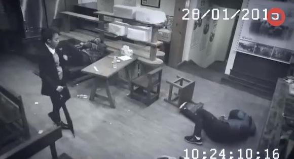 【衝撃格闘動画】悪態をついた客を華麗な足技で撃退! まるで「キャットウーマン」のような女性が超絶カッコイイ!!