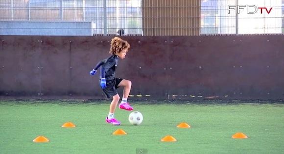 【衝撃サッカー動画】クリスティアーノ・ロナウドとメッシを足して2で割った才能を持つ8歳の少年が話題