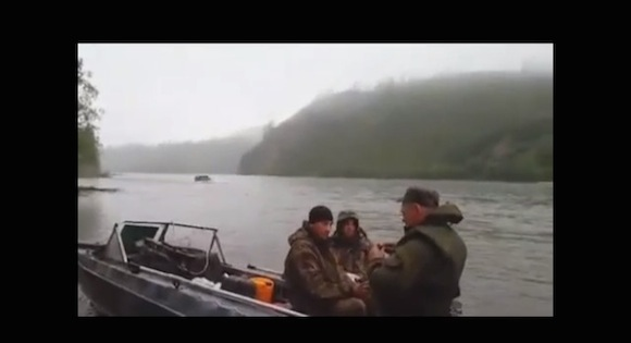【おそロシア動画】明らかにヤバいものが流れてくるロシアのどんぶらこ