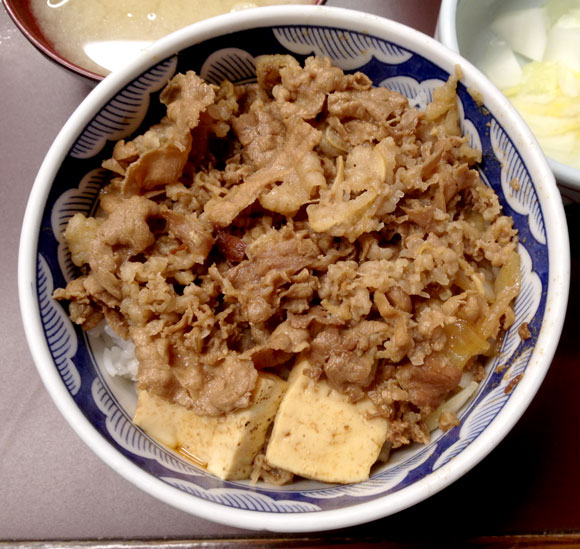 この味をいつまでも!! ローカル牛丼界の砦・新宿「たつ屋」の牛丼は安いのに大手チェーンから一線を画す味 / モリモリ牛丼が1杯350円