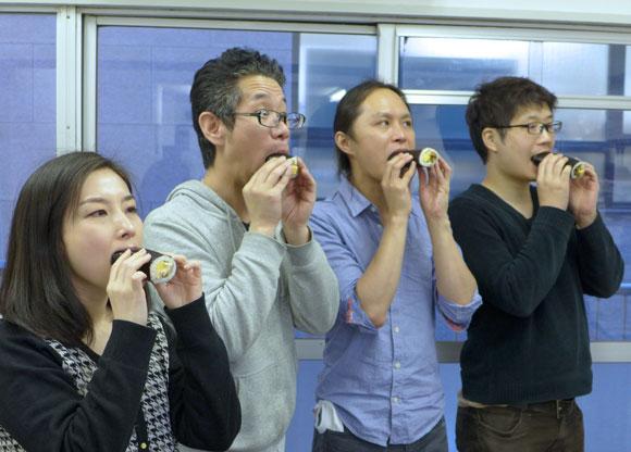 【みんな知ってるあたりまえ知識】「恵方巻」を食べるときは決して喋ってはいけない / うっかり喋ると福が逃げて不幸になるので要注意