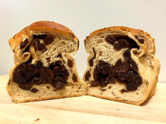 レーズン密度がハンパない! 385円の「ぶどうパン」が舌にも財布にも優しすぎる / もはや「パンぶどう」と呼ぶべき領域 東京・谷中『リバティー』