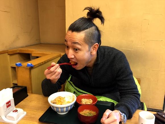 【超ライフハック】グルメレポーター風にご飯を食べると通常の5倍楽しく2倍ウマくなる