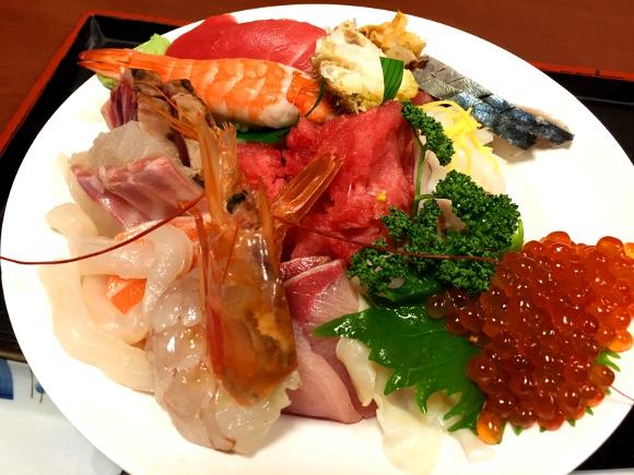 【最強どんぶり】1050円の衝撃! コスパ最高の「大盛り海鮮丼」は行列に並んででも食べるべき!! 東京・入谷『さいとう』