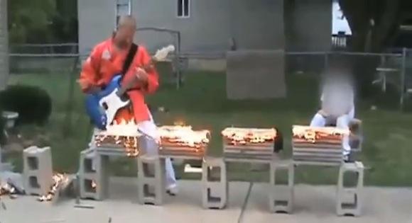 【理解不能動画】これぞロシア! 空手とギターを融合させてしまった男がどう考えてもヤバい!!