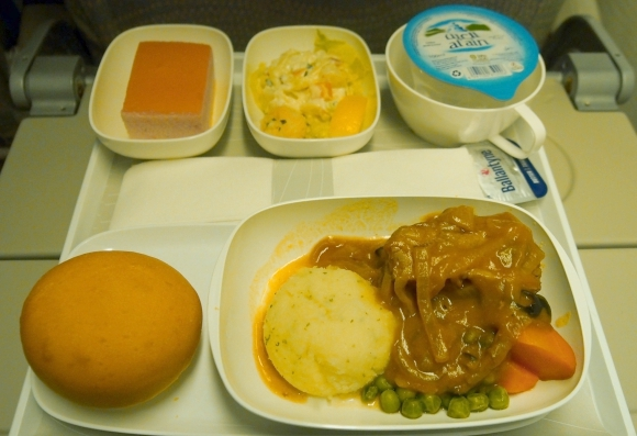 【世界の機内食】成田空港〜UAE・ドバイ国際空港(エミレーツ航空 EK)