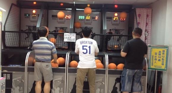 【神業動画】ゲーセンのバスケゲームで神の領域に踏み込んだ達人