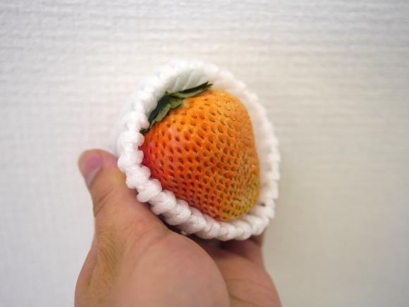 1粒なんと1296円! 「桃の味がするイチゴ」 がマジでウマイ!