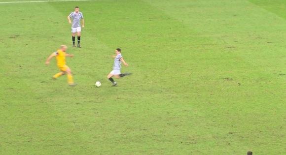 【珍プレー動画】海外サッカーでキャプテン翼の必殺技『反動蹴速迅砲』からゴールが生まれる