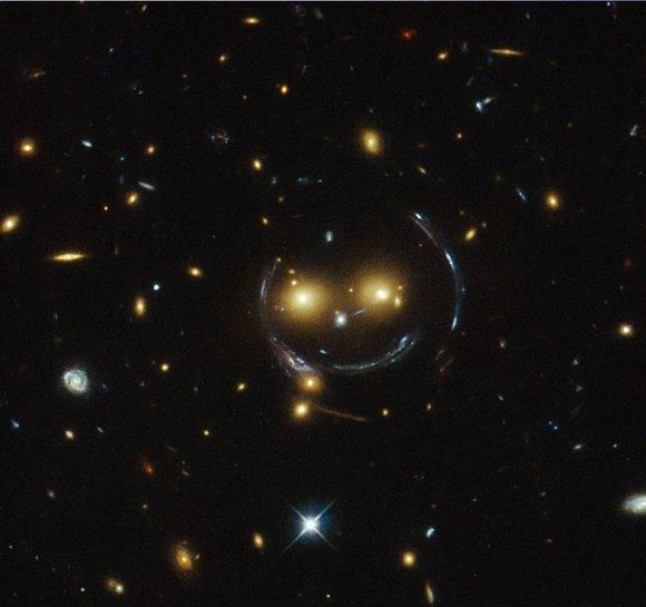 【ニッコリ】これぞ宇宙の神秘? ハッブル宇宙望遠鏡が『ニコちゃんマーク』を発見する!