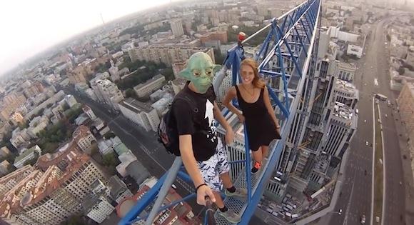 【閲覧注意動画】恐怖しか感じない! 足場がほとんどない場所で自分撮りをするロシア人がヤバすぎる!!