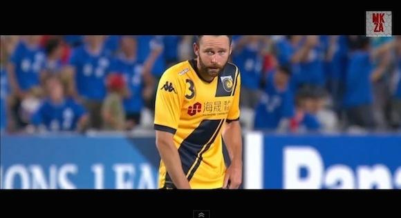 【衝撃サッカー動画】やってしまった選手は真っ青! 海外の試合で信じられない距離から自殺点が決まる