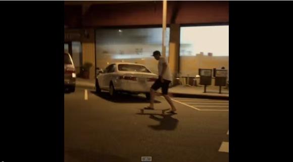 【トホホ動画】したたかに酔っぱらってスケボーに乗ってみたよ! → あれ? あれ? 上手くいかない…… → ワオ! これはチョット危ないかも