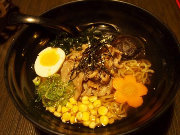 【オランダ日本食レポート】「肉&大豆ラーメン」を食べてみた / スープをひと口飲んで後ろにひっくり返りそうになった