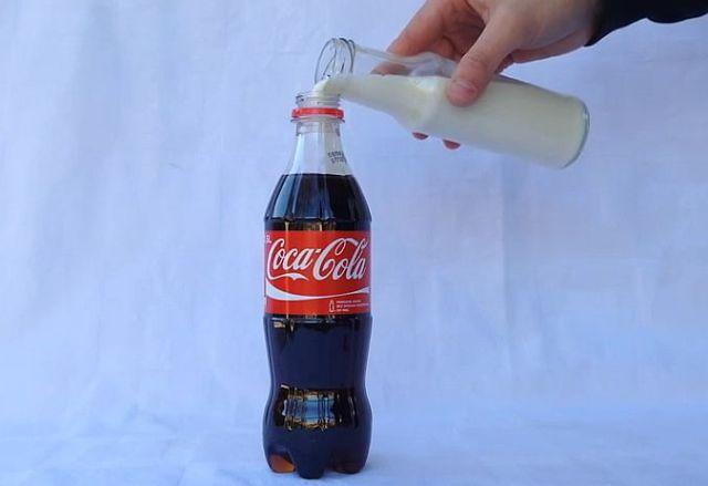 「コーラと牛乳を混ぜて放置プレイしたらこうなる」ていうビデオが摩訶不思議! 再生回数500万回超えの大ヒットに!!