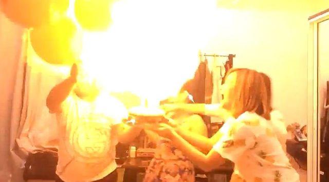 誕生日ケーキのロウソクの炎が風船に引火して大爆発!! 危うくバースデー・ボーイが火だるまになる寸前!