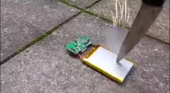 【絶対真似厳禁】携帯電話のバッテリーをナイフでつついてみたらこうなったっていう動画