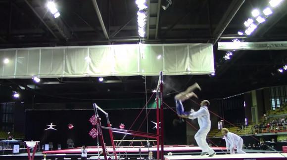 【危機一髪動画】体操選手が段違い平行棒から落下 → 床から数センチのところでコーチがナイスキャッチ! 惨事をまぬがれる