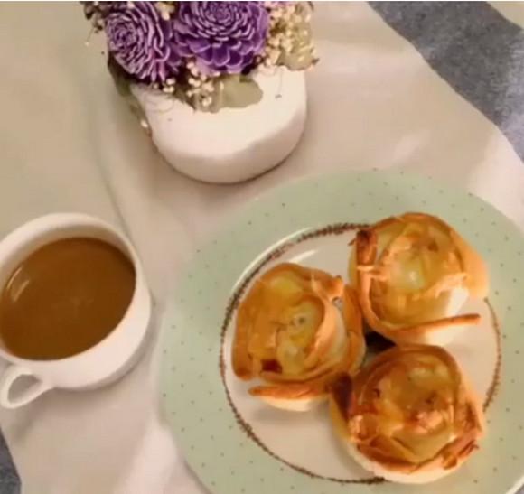 【使えるキッチンハック】特殊な器具&技術は必要なし! 食パンとマフィン型で作る「3D薔薇のホットサンド」が素敵