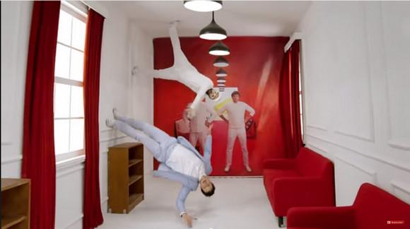 【豪華すぎ】米国ロックバンド「OK Go」が家具屋のCMを制作したらこうなった!! トリック満載の約2分の映像が完全にCMの域を超えている件