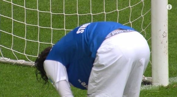 【衝撃サッカー動画】急にボールが来た!? 無人のゴールへ流し込めない痛恨のミスがドイツで発生!!