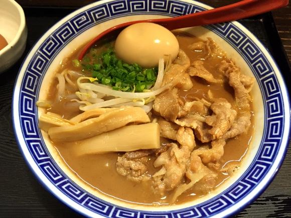 都内では珍しい「徳島ラーメン」は強さと美しさを感じる騎士のような一杯 / 生卵ですき焼き風に食べると激ウマ 高円寺『中華そば JAC』