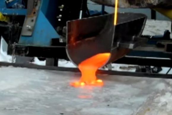 【実験動画】溶岩を分厚い氷の上に注いだらこうなった
