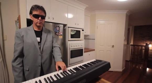 【衝撃動画】たった28秒で最高にイケてる『サンドストーム』を演奏する親子