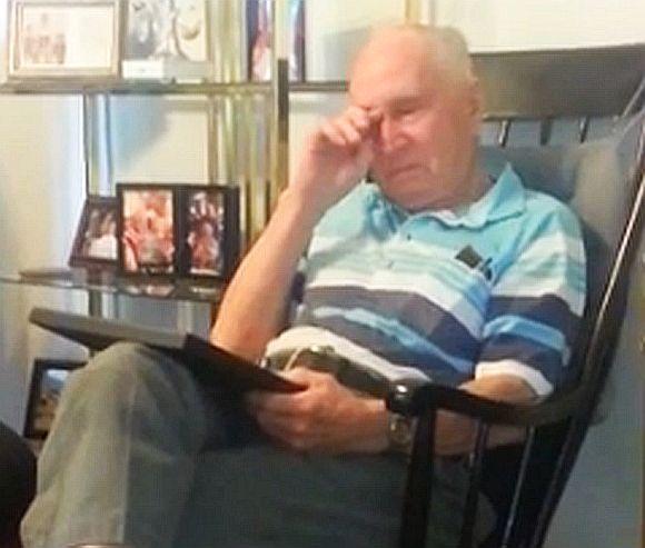 82歳のおじいちゃんが70年ぶりに亡き母の写真を見て号泣!!  写真入手のために必死で奔走した孫娘の尽力にも感動!