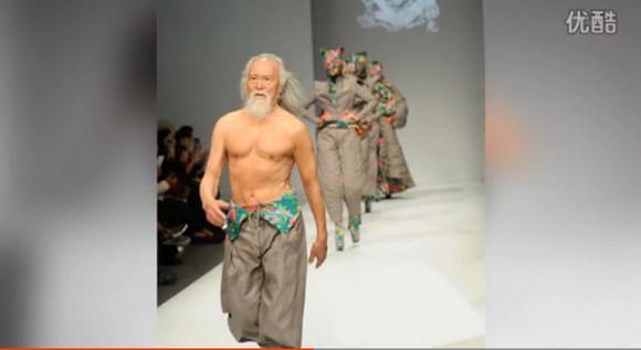 """まるで『三国志』の黄忠! 中国のファッションショーでカッコよすぎる """"おじいちゃんモデル(79)"""" が激撮される / ネットの声「黄忠は彼しかいない」"""