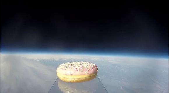 【史上初動画】初・ドーナッツ! 「宇宙の入り口」にむき出しのドーナッツが初到達しました!! その一部始終も動画に収められる