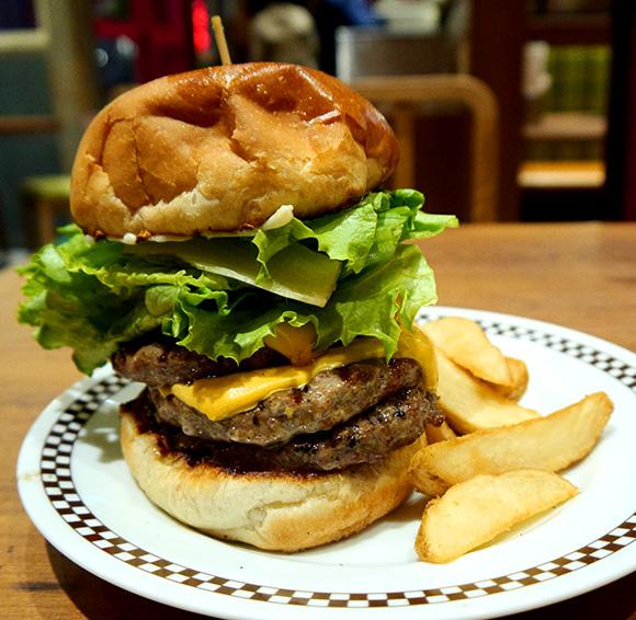 【ハンバーガー批評 第4回】ダブルパティにさらにパティを追加した肉々しきハンバーガー「ヴィレッジヴァンガードダイナー」