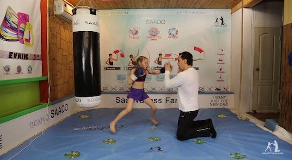 【衝撃格闘動画】目にも留まらぬ速さ! 8歳少女の繰り出すミット打ちが大人顔負け