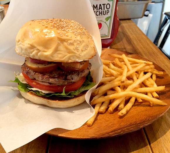 【ハンバーガー批評 第3回】ホワイトバンズとクレピネットで独自の味を創造する「CHATTY CHATTY」 東京・新宿御苑前