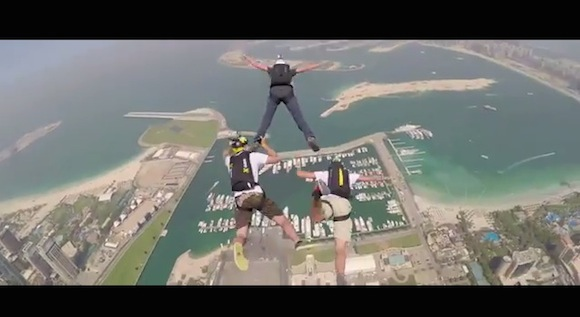【閲覧注意動画】ドバイの超高層ビルから飛び降りた視点映像が失神してしまうくらい恐ろしい