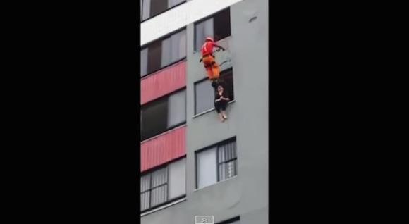 【決死の救出劇】自殺志願の女性を救うために消防士がとったまさかの方法