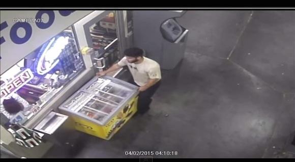 【衝撃動画】カメラは見ていた! アイスクリームを冷蔵庫ごと盗んでいった犯行の一部始終