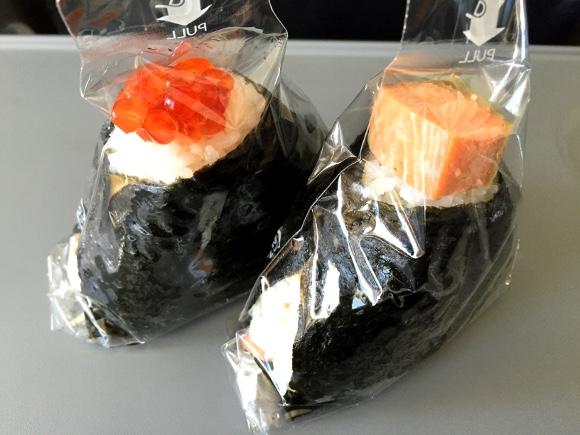 GWに北海道「新千歳空港」を利用する人は鮭専門店『鮭乃丸亀』のおにぎりを絶対に食え! 注文後に握る出来立てホヤホヤが味わえるぞーーー!!
