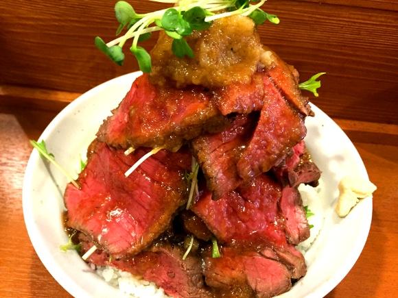 【デカ盛り】ローストビーフ丼の「富士山」総重量1キロ1500円 / 東京・上野『鳥園』