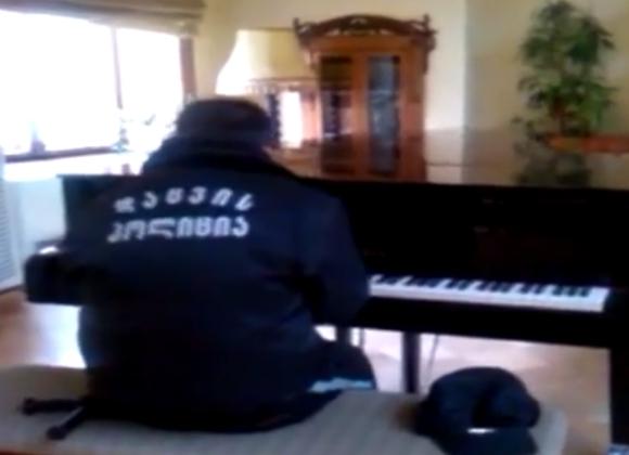 警備員の男性が弾いたピアノがシビれるほどカッコいい! 海外の声「感動して涙が出てきた」