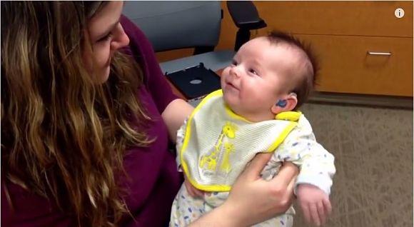 【感動動画】耳が不自由な赤ちゃんが初めてお母さんの声を聞いた瞬間 / お母さん「涙をこらえるのに必死だった……」