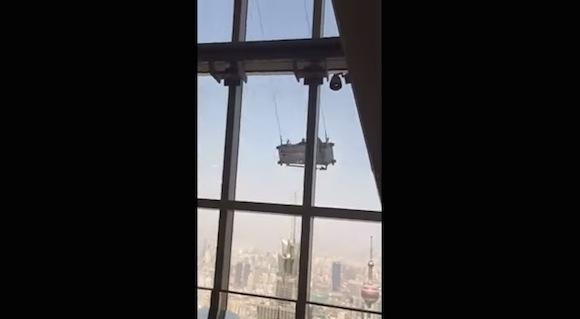 【恐怖映像】命がいくつあっても足りない! 中国にある超高層ビルの清掃光景が恐ろしすぎる!!