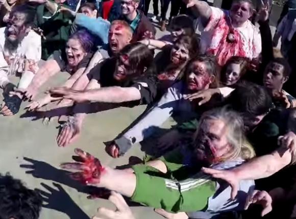 ゾンビの集団が街中で人々に襲いかかるドッキリ動画が恐ろしすぎる!