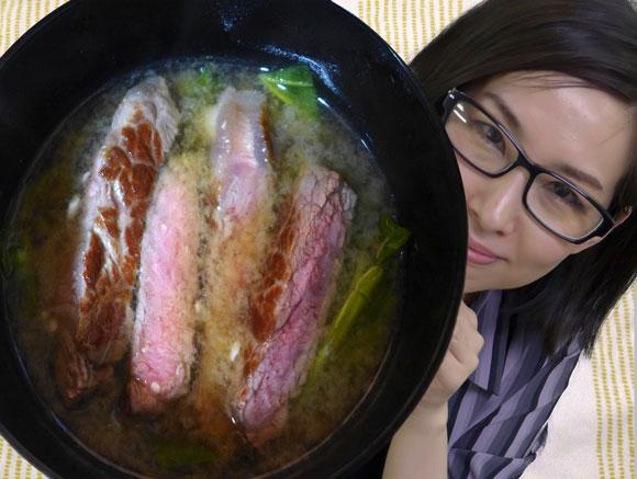 【マジかよレシピ】英国トップシェフ「ステーキを味噌汁にブチ込むと美味」→ 作ってみたら10分で一晩寝かせたコンソメスープ風になった!