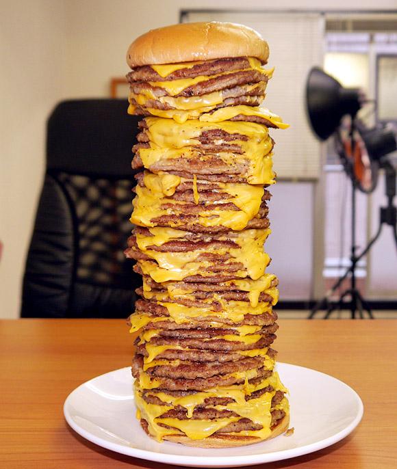 【限界グルメ】ロッテリアで35段チーズバーガーを注文してみた! 20段あたりからバランスがかなりヤバくなる