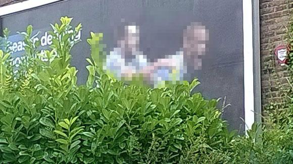 """【ある意味奇跡】サッカー選手の看板を茂みと一緒に撮ったら """"完全に別ジャンル"""" になったと話題に"""