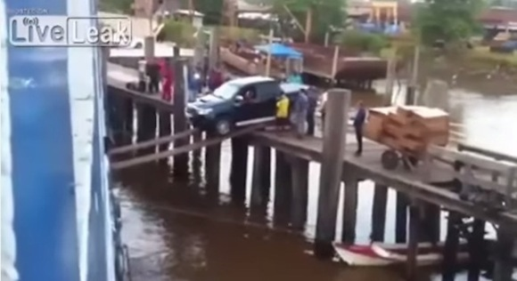 【仰天動画】ドボン寸前! 海外で撮影された「車を船に乗せる方法」がまるでサーカス!!