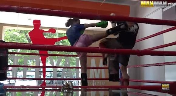 【ドッキリ動画】ムエタイの女子チャンピオンが初心者のフリをして男子選手をフルボッコ!!