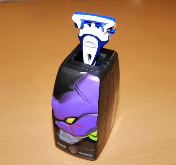 【エヴァファン必見】Schickとの新たなコラボキャンペーンスタート! 光感知センサーを備えたカミソリスタンドがマジでカッコイイッ!!