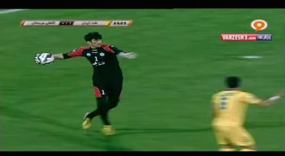 【衝撃サッカー動画】明らかに人間の能力を超越! めちゃくちゃ強肩なゴールキーパーがイランにいた!!